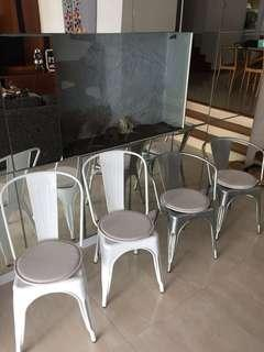 🚚 4 Stackable chairs with cushions.