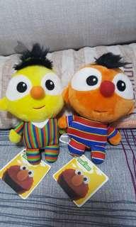 🚚 Original Sesame Street Ernie and Bert plushies.