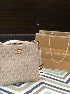 BNEW Michael Kors Large jetset travel messenger (COMPLETE INCLUSIONS AUTHENTIC)