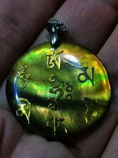 """🚚 六字真言,又称六字大明陀罗尼、六字箴言、六字大明咒、嘛呢咒,是观世音菩萨心咒,源于梵文中,此咒含有诸佛无尽的加持与慈悲,是诸佛慈悲和智慧的音声显现,六字大明咒是""""嗡啊吽""""三字的扩展,其内涵异常丰富,奥妙无穷,蕴藏了宇宙中的大能力、大智慧、大慈悲。 此咒即是观世音菩萨的微妙本心,常诵具有不可思议的功德和利益。"""