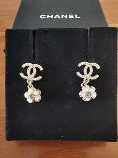 🚚 Chanel Earrings with pearls