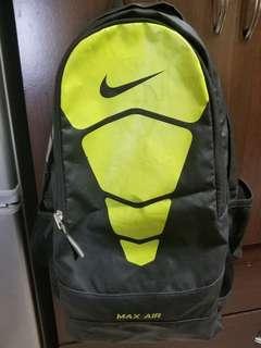 🚚 Nike AirMax螢光綠/黑色大後背包 ( 容量大間隔多,使用三年,正常使用痕跡)