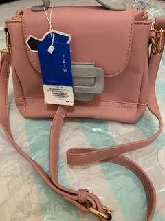 🚚 韓版配色寬帶造型多夾層側背包