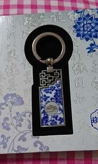 🚚 吉祥象徵 青花赤崁樓平安扣 紀念鑰匙圈
