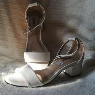Zanea White Heels (Size: 8)