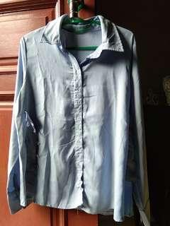 Kemeja warna biru laut fit L baru dipakai 3x lecek karna kelamaan dilemari