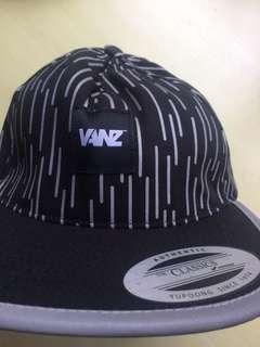 Vanz黑白線潮帽