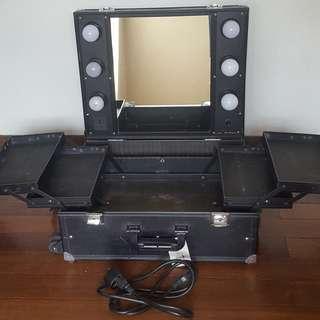 Makeup traincase mirror and lights