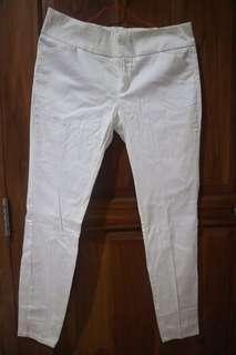 Celana Putih