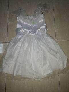Gaun putih bayi