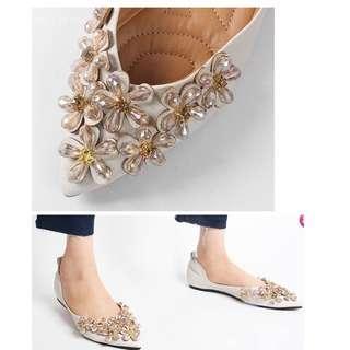 。CiNdEReLlA。100%韓國空運 寶石花朵珠珠 鞋底軟墊設計 氣質上班族尖頭包鞋平底鞋15S001