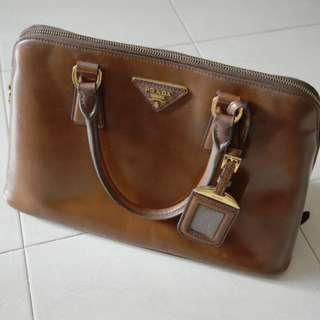 🚚 Authentic Prada Saffiano Top Handle Bag in Medium. Selling for cheap at $695.00.