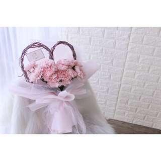 Heart-shaped carnation boqueut