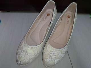 🚚 好穿不騙👍EPRIS 花朵蕾絲真皮高跟鞋 白色23.5 婚鞋