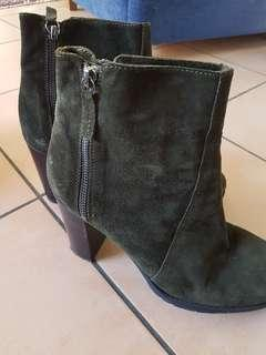 Unisa suede boots. Black / green colour
