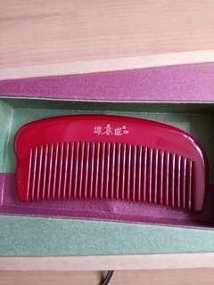 🚚 BNIB Carpenter Tan Comb - Red