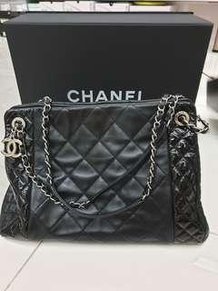 🚚 Authentic chanel hand bag in good condition.