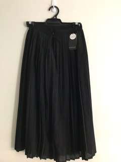 Basque black pleated skirt
