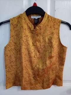 Sleeveless with buttons and Chinese collar