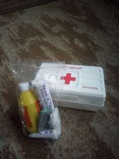 Kotak obat (plus isi)