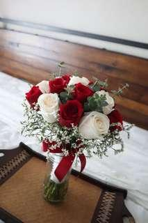 🚚 Red white bridal bouquet