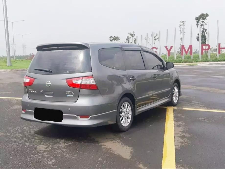 Mobil Nissan Grand Livina Matic Warna Gray Tahun 2015