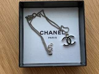 🚚 Chanel black CC silver necklace vintage