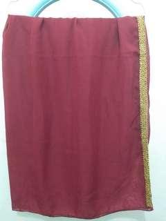 Kerudung segiempat warna merah maroon