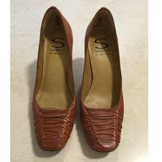NEW Leather pumps, 37