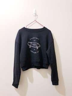 Black pull-over sweater crew neck cropped