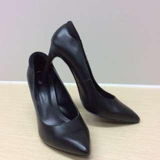 🚚 Charles & Keith Black Classic Heels