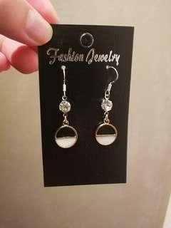 (FREE DELIVERY) Cassandra half full hook type earring
