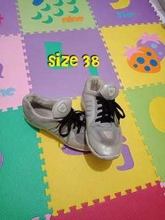 Sepatu kets silver