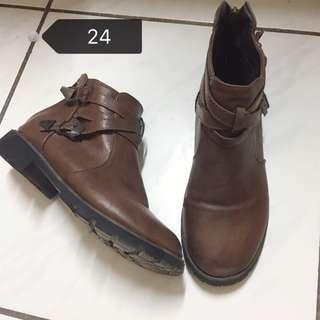 秋冬必備 時尚扣帶咖啡短靴 24號