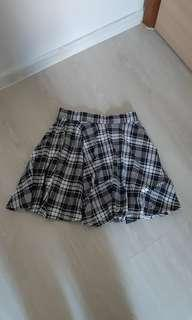 🚚 Black and white checkered skirt