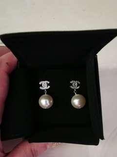 C h a n e l 鑲鑽垂吊真珠耳針( 降價甜出 7880) 不議