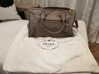 🚚 Prada grey bag with sling