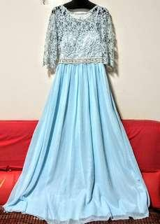 🚚 天藍色短袖長禮服,肩寬37、胸圍發86、腰圍74、袖長40公分;上身鏤空織花、裙身雪紡紗,長度可自行修改,全新未穿過