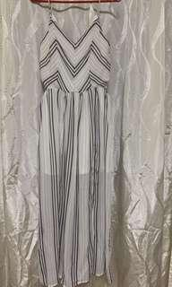🚚 Flowy dress - cut out at waist area