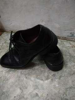 Sepatu pria obermain