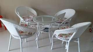 🚚 Glass round table with 4 chairs