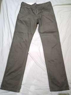 Uniqlo Men's Slim Fit Chino Pants in Dark/Olive Green