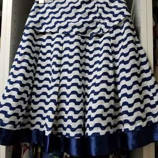 Blue and white wavy striped pleated skirt