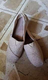 Toms Beige Shoes (size: W9/26cm)