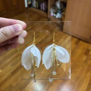 100% BRAND NEW ORI WHITE FLOWER EARRINGS FLOWER PETAL WHITE EARRINGS