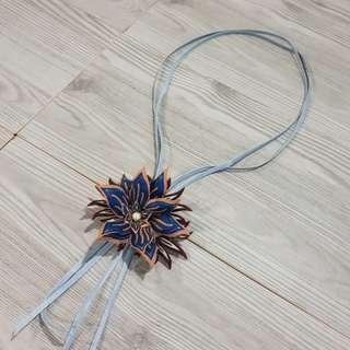 Kalung dan bros Bunga batik biru