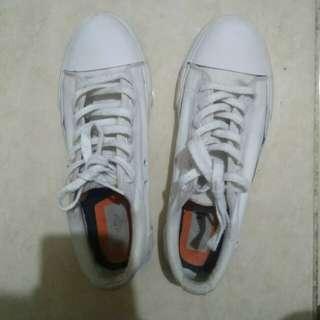 Sepatu putih /sneakers