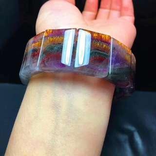 B35408超值天然稀有極光紫鈦手排!!極光和紫鈦晶共生,可增加能量聚集,權利與財富,尺寸: 23.2x18.7x7.3毫米,重量:85.1克。