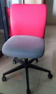 Kursi Kantor Vinoti tanpa lengan dengan roda