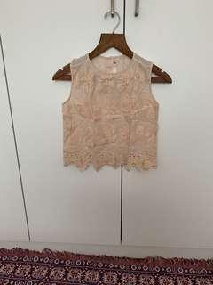 Embroidery top in nude with scallop hems